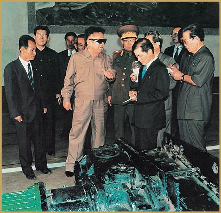 En el Complejo de Maquinaria Minera de Ranam el Dirigente KIM JONG IL encendió la antorcha de la nueva creación e innovación para lograr un salto en la construcción de una gran potencia próspera en el nuevo Siglo.